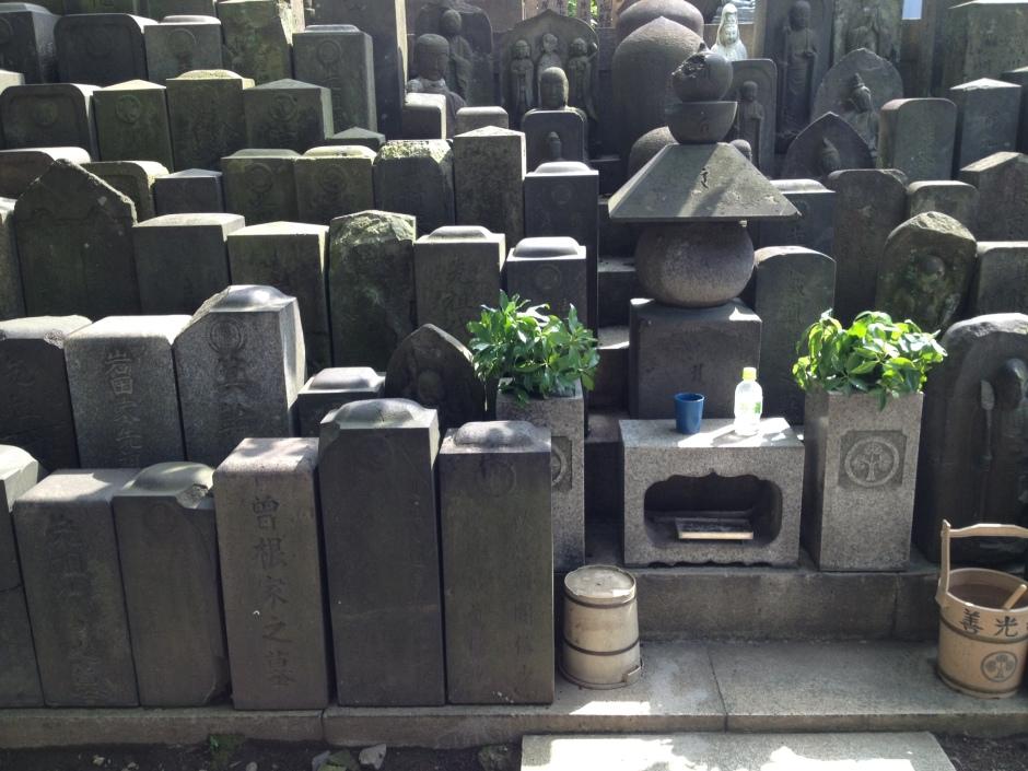 More graves 'n Buddhas